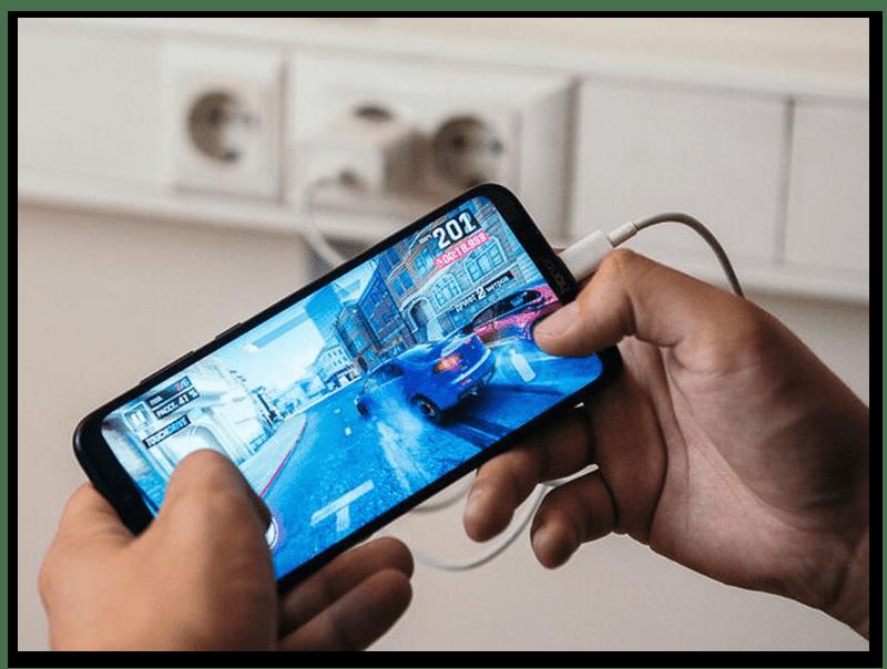Игра на Android-смартфоне во время зарядки